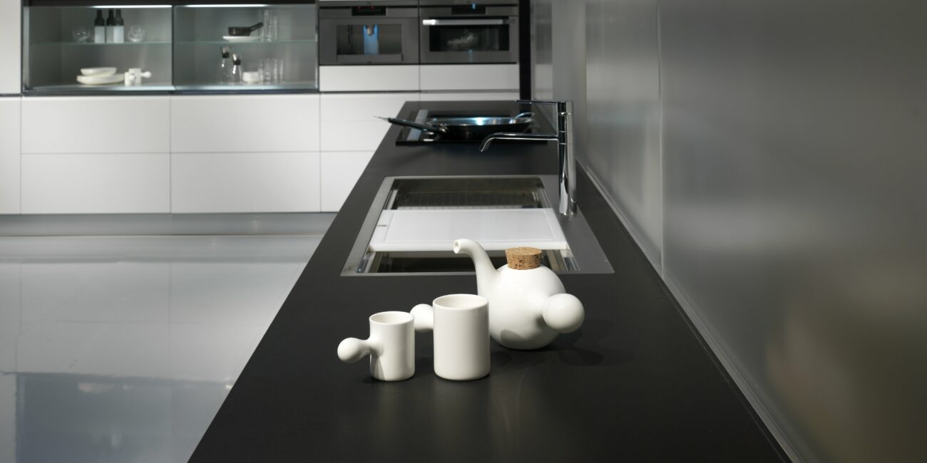 black: cucina scura