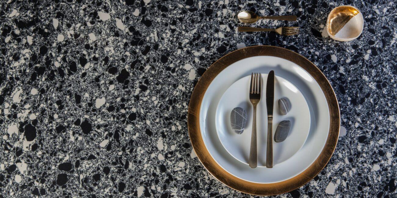 cosmo: piatto con posate e bicchiere
